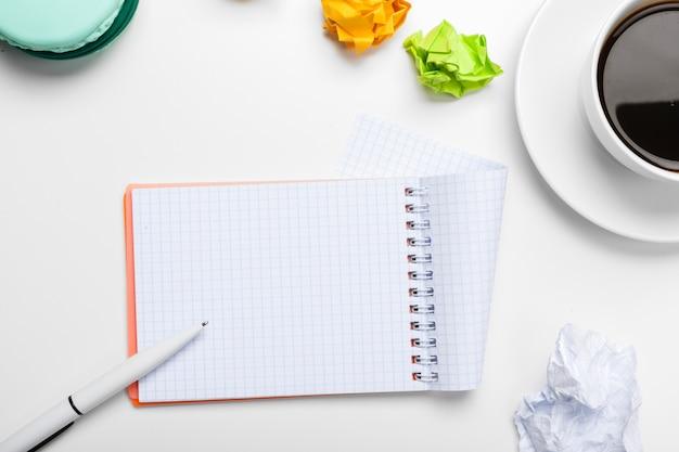 Caffè, fogli di carta e note di carta
