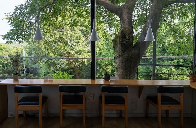 La caffetteria in giardino si trova nell'hotel del resort
