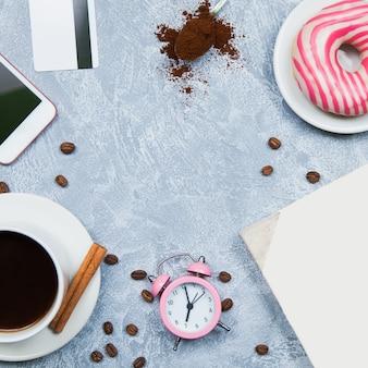 Caffè smartphone pepite carta di credito, taccuino, sveglia. concetto di libero professionista