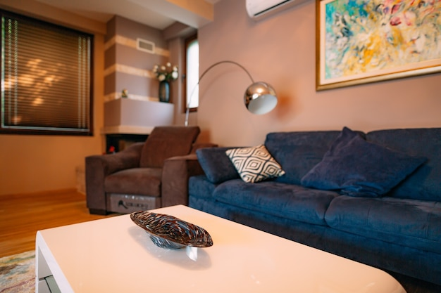 Tavolino il design degli interni della camera d'albergo dell'appartamento
