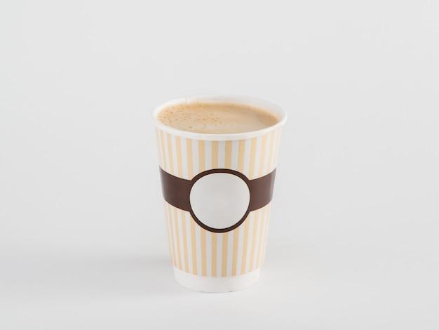 Caffè in bicchiere di carta da asporto isolato su sfondo bianco
