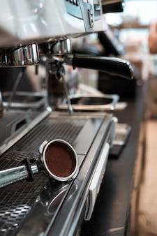 Pressino caffè alla macchina del caffè
