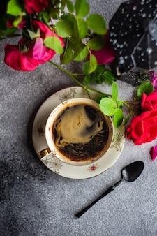 Tempo del caffè con rose rosse