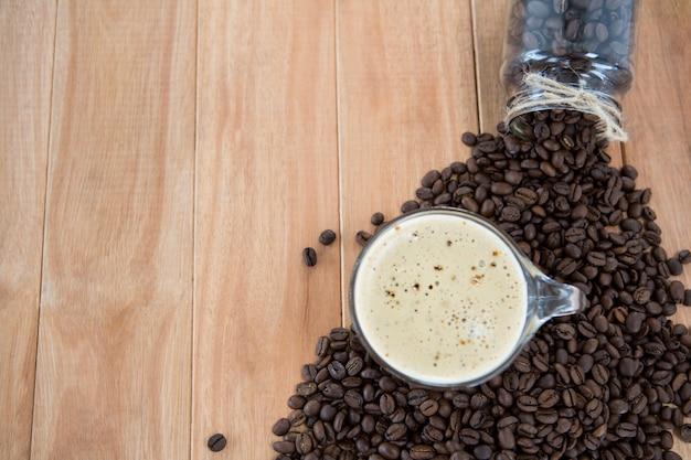 Caffè con chicchi di caffè e vaso