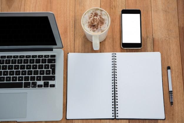 Caffè con organizer, laptop e telefono cellulare