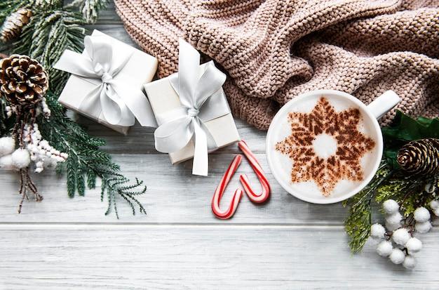 Caffè con motivo a fiocco di neve e decorazioni natalizie