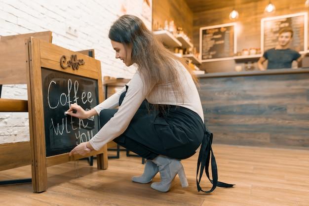 Caffè con te, scrive con il gesso sulla lavagna