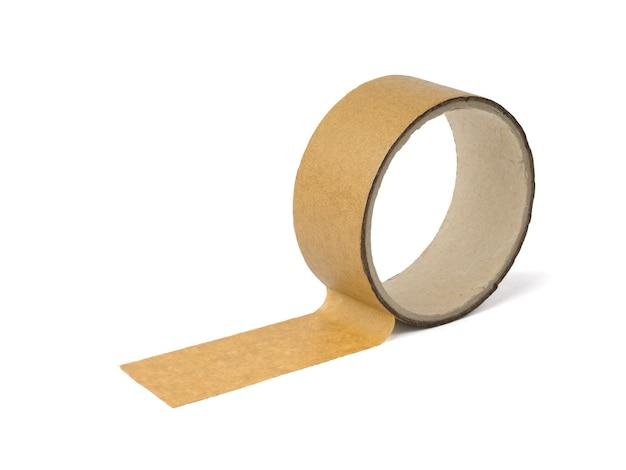 La bobina con il nastro adesivo è isolata su una superficie bianca