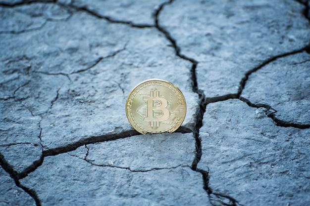 Coin bitcoin su terreno incrinato. concetto finanziario