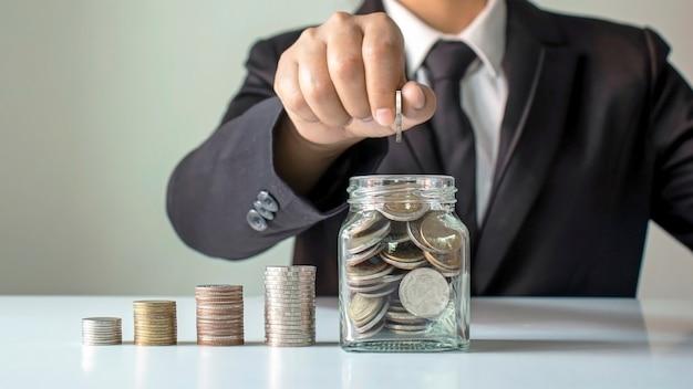 Coin in a bottle mette soldi per idee di investimento aziendale, pensione e risparmio di denaro per il futuro.