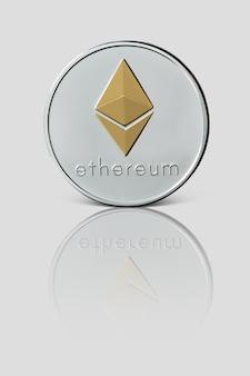 Coin ethereum si riflette su una superficie bianca lucida. criptovaluta e concetto di trading blockchain.