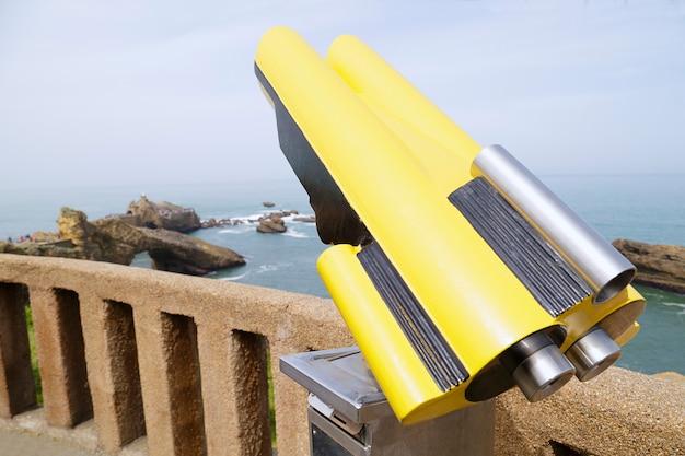 Telescopio a gettoni sullo sfondo una roccia di vista della vergine maria a biarritz francia