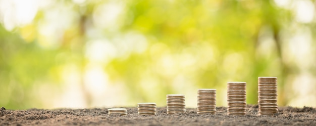 Pila della moneta sul fondo della sfuocatura. successo aziendale o concetto di crescita del denaro