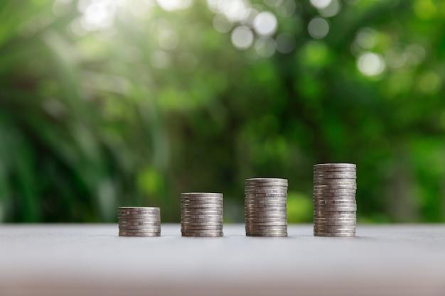 Pila di monete su verde.