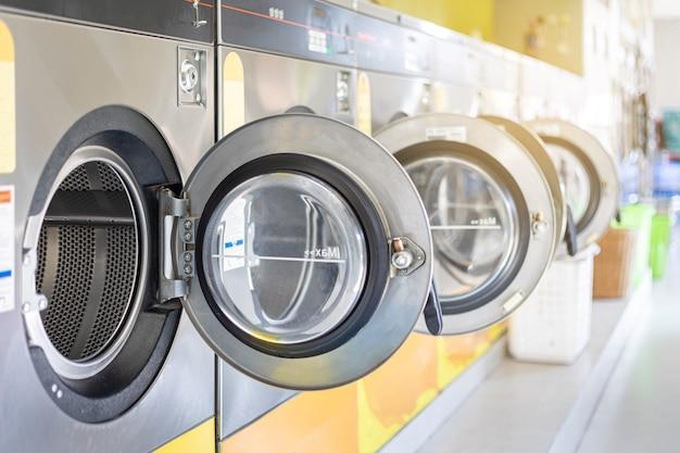 Lavamonete e asciugatrice con sistema di pagamento integrato. lavatrice