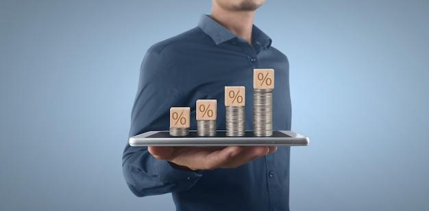 Moneta e concetto di ricchezza. un sacco di soldi su un vetro che rappresenta smartphone