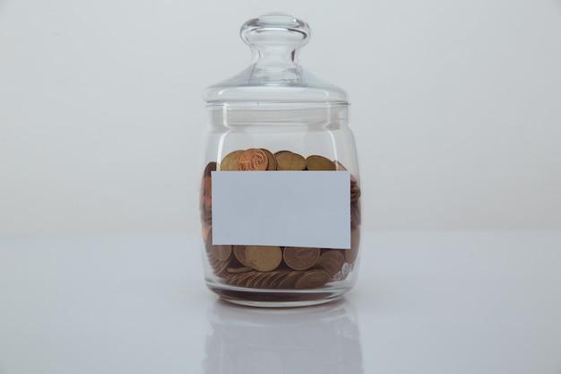 Monete in una banca con spazio per il testo. risparmio e concetto di denaro