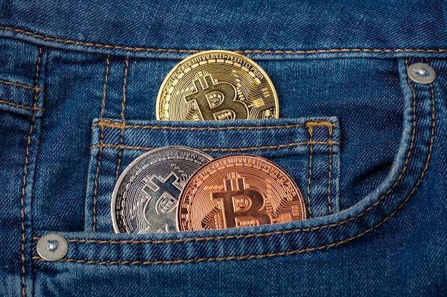 Monete bitcoin nella tasca del denim