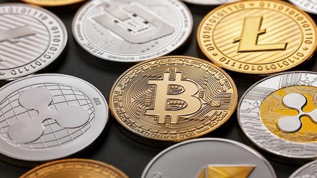 Monete di criptovaluta bitcoin, ethereum, litecoin, monero, ripple, dash, su una superficie scura. concetto di affari, finanza e tecnologia.