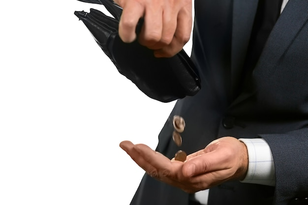 Monete che cadono dal portafoglio. tutto ciò che è rimasto. cestino bianco. briciole di ricchezza.