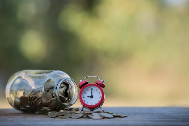 Monete in una bottiglia di vetro: idee per risparmiare denaro da investimento