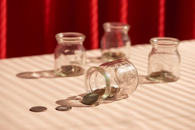 Monete in barattolo di vetro. concetto di risparmio di denaro