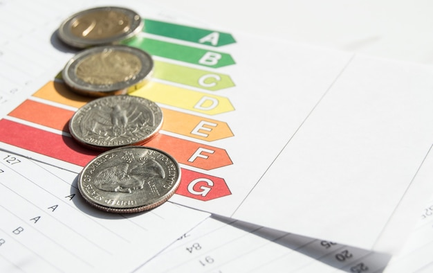 Monete che si trovano su grafici e grafici con documenti finanziari, concetto di contabilità e statistiche, vista dall'alto