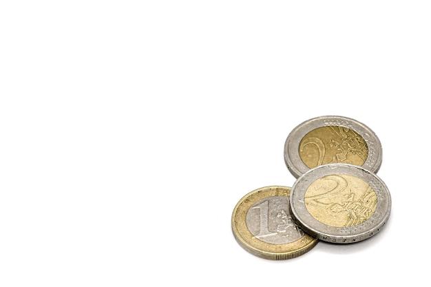 Monete uno e due euro sulla superficie bianca