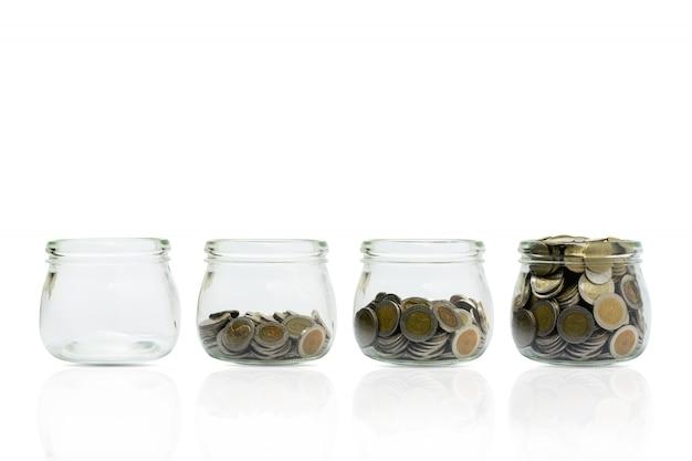 Monete e pianta in bottiglia, crescita degli investimenti aziendali e concetto di risparmio.