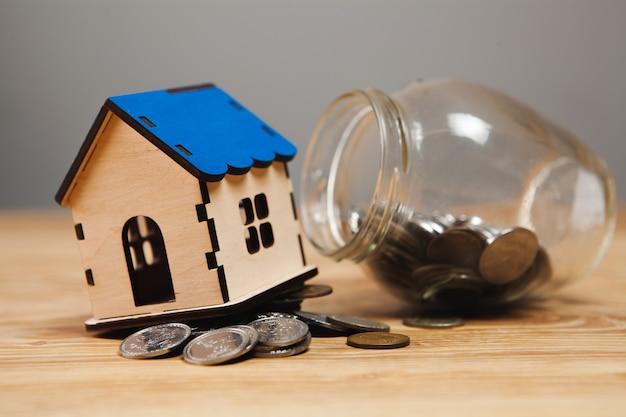 Monete sparse dal salvadanaio e dalla casa