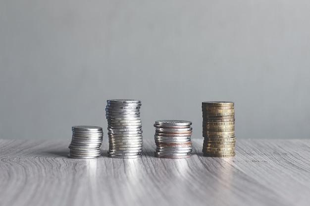 Monete impilate su un tavolo di legno