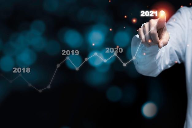 Monete che impilano con il grafico e il grafico a linee rossi della candela. concetto di investimento aziendale.
