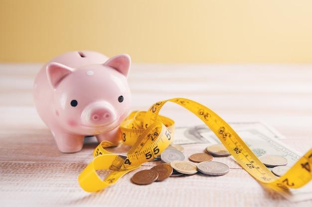 Monete con centimetro e salvadanaio