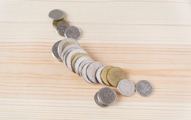 Monete su un tavolo di legno, il concetto di finanza.