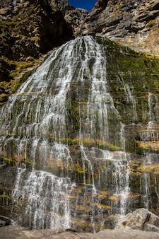 Cola de caballo cascata nel parco nazionale di ordesa e monte perdido, spagna