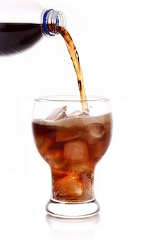 Cola bevande analcoliche in vetro su bianco