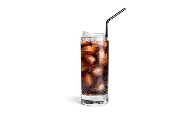 Cola con ghiaccio in un bicchiere trasparente isolato.