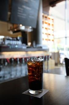 Cola su legno con sfondo ristorante