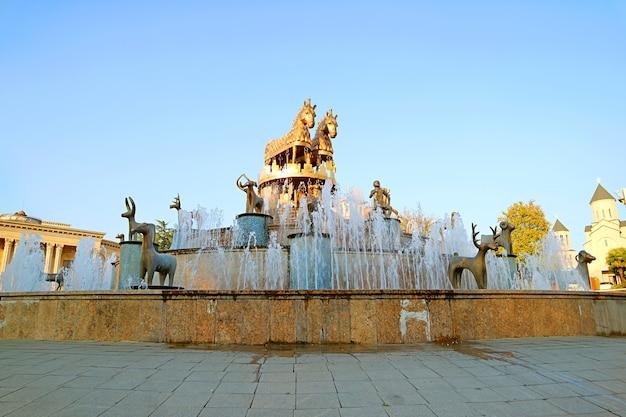 Fontana della colchide sulla rotonda del centro città di kutaisi nella georgia occidentale