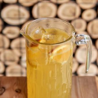 Cocktail freddo agli agrumi con succo d'arancia e menta lime e ghiaccio in un bicchiere al bar