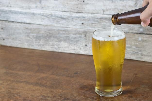 Birra fredda in bottiglia riempita di vetro