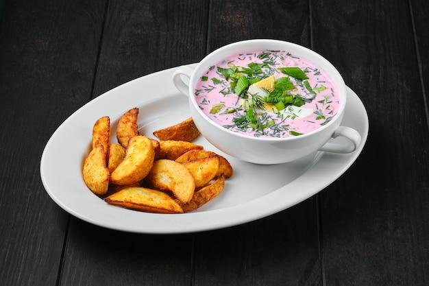 Zuppa fredda di barbabietola con spicchi di patate su un piatto