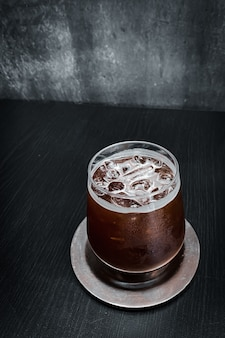 Prepara il caffè freddo sulla tavola