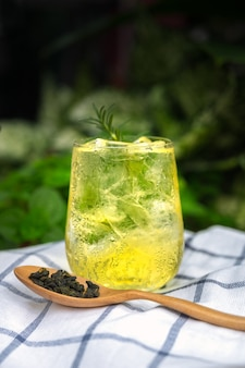 Tè freddo rinfrescante in un bicchiere trasparente con ghiaccio. bevanda fresca estiva rinfrescante.