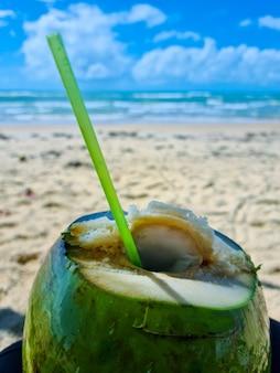 Acqua di cocco fredda sulla spiaggia