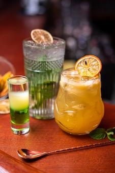 Cocktail freddi con menta lime e ghiaccio in un bicchiere con gocce di bevanda alcolica al bar