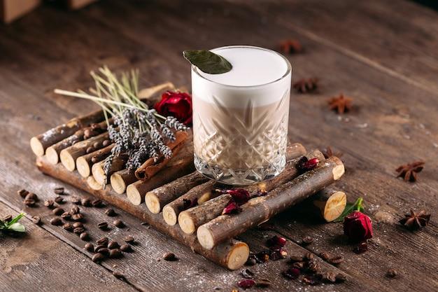Bevanda fredda al caffè sul tavolo decorato