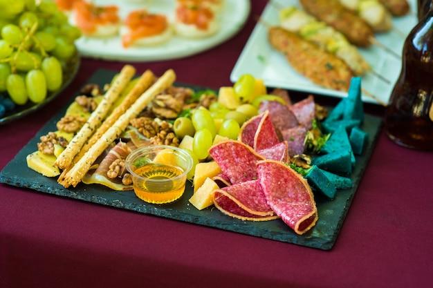 Buffet di salumi con frutta secca e miele