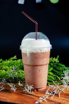 Bevanda fredda con cacao freddo ghiacciato