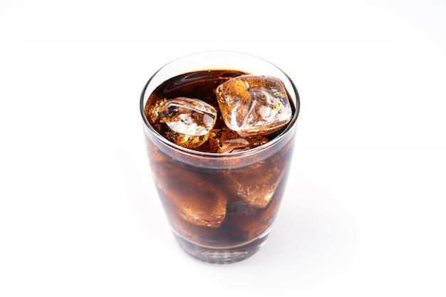 Bere freddo, soda con ghiaccio, bicchiere di cola per bevanda calda ed estiva isolata sulla parete bianca